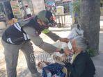 petugas-satpol-pp-kota-kediri-membantu-memasang-masker-kepada-seorang-nenek.jpg