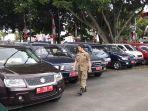 petugas-satpol-pp-memeriksa-kondisi-mobil-dinas-yang-diparkir.jpg
