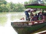 petugas-sedang-mempersiapkan-perahu-keberangkatan-rombongan-menuju-pulau-mangrove-surabaya.jpg