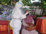 petugas-tes-rapid-antigen-warga-dari-bangkalan-madura-di-pos-penyekatan-suramadu.jpg