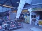 plafon-di-salah-satu-sudut-ruang-tunggu-stasiun-pasarturi-surabaya-ambrol.jpg