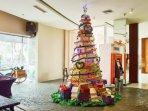 pohon-natal-dari-mealbox-bekas-terpajang-di-lobby-hotel.jpg