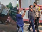 polisi-amankan-pria-yang-bentangkan-poster-saat-presiden-joko-widodo-di-kota-blitar.jpg