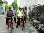 polisi-bersepeda-di-surabaya-busukan-ke-kampung-kampung_20170217_173959.jpg