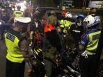 polisi-dan-tim-gabungan-di-gresik-lakukan-penyekatan-antisipasi-kriminalitas-jelang-idul-fitri-2021.jpg