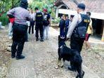polisi-melibatkan-anjing-pelacak-untuk-mencari-pelaku-pembantaian-di-ngawi_20170927_205637.jpg