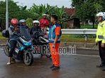 polisi-memberhentikan-pengguna-kendaraan-roda-dua-tol-pasuruan-gempol.jpg