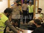 polisi-memberikan-sanksi-kepada-pengelola-kafe-yang-tidak.jpg