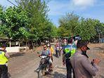 polisi-membubarkan-warga-di-pantai-dampar-lumajang.jpg