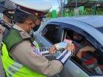 polisi-memeriksa-surat-kendaraan-kecamatan-srengat-kabupaten-blitar-selasa-672021.jpg