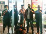polisi-memperlihatkan-tersangka-pelaku-pembunuhan-wg-jongkok-di-polres-bangkalan.jpg