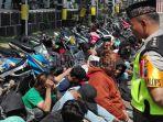 polisi-mengamankan-puluhan-remaja-yang-terlibat-balap-liar-di-surabaya_20180601_194550.jpg