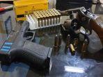 polisi-mengamankan-senjata-api-senpi-jenis-revolver.jpg