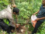polisi-mengambil-tengkorak-yang-ditemukan-di-gunung-budheg.jpg