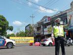 polisi-mengatur-kendaraan-agar-tidak-melintasi-jalan-pb-sudirman.jpg