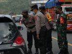polisi-mengecek-kendaraan-yang-hendak-melintas-di-tperbatasan-trenggalek-ponorogo.jpg