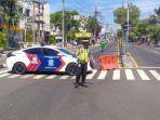 polisi-menggunakan-mobil-petugas-dan-water-barrier-guna-menutup-jalan-veteran-gresik.jpg