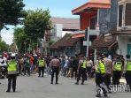 polisi-menghalau-suporter-yang-mendekat-ke-stadion-supriyadi.jpg