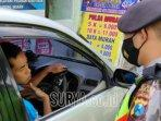 polisi-menghentikan-pengendara-mobil-yang-tidak-memakai-masker-saat-menggelar.jpg