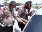 polisi-resor-ngawi-dan-petugas-jasa-marga-melihat-mobil.jpg