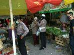 polisi-saat-bagikan-masker-di-pasar-giri.jpg