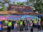 polisi-saat-bersiaga-di-pintu-masuk-salah-satu-obyek-wisata-pantai-kabupaten-lumajang.jpg