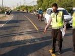 polisi-saat-melakukan-olah-tkp-di-jalan-raya-desa-banyutami.jpg