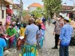 polisi-saat-memantau-vaksinasi-di-desa-mojoasem-kecamatan-sidayu.jpg