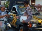 polisi-saat-membagikan-masker-kepada-pengendara-di-desa.jpg