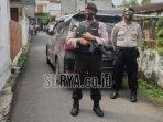 polisi-saat-mengamankan-lokasi-gang-masuk-menuju-rumah.jpg