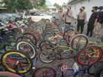 polisi-saat-menunjukkan-barang-bukti-sepeda-angin-yang-digunakan-untuk-balap-liar-di-surabaya.jpg