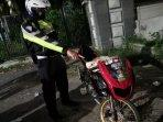 polisi-saat-menunjukkan-salah-satu-sepeda-motor-yang-disita.jpg
