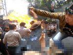 polisi-terbakar-saat-demonstrasi-mahasiswa-di-cianjur.jpg