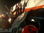 proses-evakuasi-bangkai-truk-yang-ditabrak-dua-kereta-api-sekaligus_20171101_212827.jpg