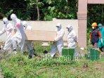 proses-pemakaman-jenazah-covid-19-di-kabupaten-ponorogo.jpg