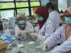 proses-produksi-hand-sanitizer-di-laboratorium-kimia.jpg