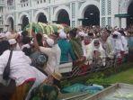 prosesi-pemakaman-habib-hasan-bin-muhammad-bin-hud-assegaf-berkerumun.jpg