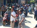puluhan-warga-berangkat-unjuk-rasa-dari-kantor-desa-klitik.jpg