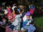 puluhan-warga-lansia-dan-anak-anak-menunggu-banjir.jpg
