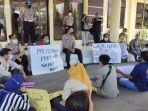puluhan-wartawan-di-kabupaten-situbondo-melakukan-aksi-unjuk-rasa-ke-mapolres.jpg
