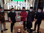 pwnu-jatim-salurkan-bantuan-masker-ke-warga-bangkalan.jpg