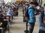 ratusan-penumpang-ka-stasiun-gubeng-surabaya.jpg