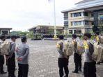 ratusan-personel-polisi-diberangkatkan-dari-polresta-sidoarjo-menuju-masing-masing-tps.jpg