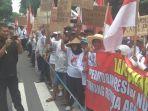 ratusan-petani-unjuk-rasa-ke-kantor-dprd-kabupaten-kediri.jpg