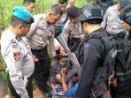 ratusan-polisi-grebek-rumah-bandar-narkoba-di-bangkalan.jpg