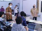 rektor-its-prof-dr-ir-mochamad-ashari-meng-batik-cokelat-masker-putih-meninjau-perkuliahan-hybrid.jpg