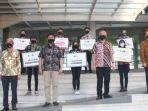 rektor-uk-petra-djwantoro-hardjito-batik-lengan-pendek-foto-bersama-perwakilan-mahasiswa.jpg