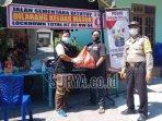 relawan-aksi-cepat-tanggap-act-kediri-menyalurkan-bantuan-bahan-pangan-kepada.jpg