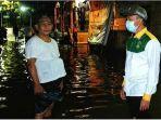 relawan-gus-ipul-mas-adi-turun-langsung-membantu-warga-korban-banjir.jpg