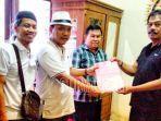 relawan-jokowi-rachmad-rofik-bertopi-koboi-menyerahkan-berkas-pendaftaran-bakal.jpg